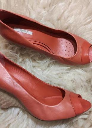 Шикарные кожаные туфли 39 размер