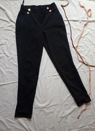 Классические брюки с высокой посадкой, с золотистыми пуговицам...