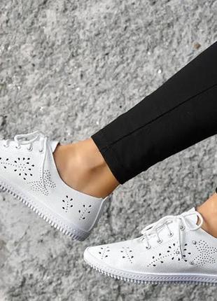 Женские белые мокасины на шнуровках
