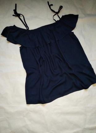 Блузка топ с открытыми плечами и воланом на бретелях