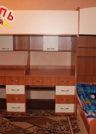 Детская двухъярусная кровать с двумя столами и лестницей-комодом