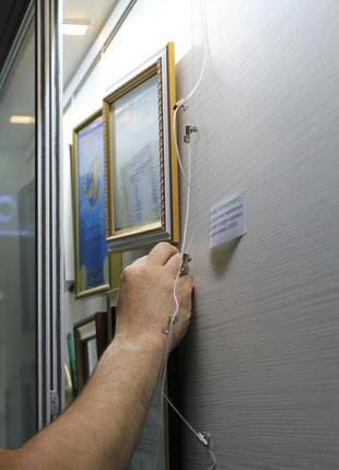 Монтаж системы подвески для фото, картин и дипломов