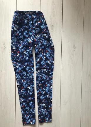 Яркие синие брюки в цветы