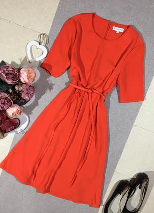 Красивое яркое платье.