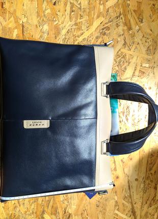 Кожаная сумка синего цвета.