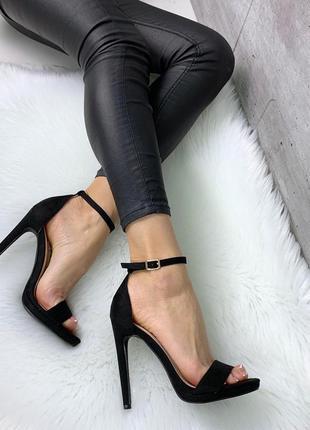 Шикарные черные босоножки на шпильке