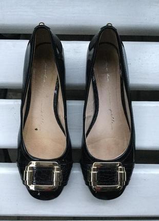 Чёрные,лаковые,кожаные туфли,лодочки,балетки с золотыми деталями,