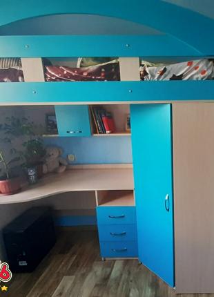 Кровать-чердак с мобильным столом, угловым шкафом, дополнительным