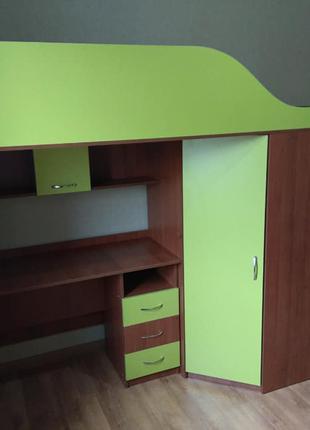 Детская кровать-чердак с мобильным столом, угловым шкафом и лестн