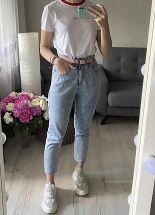 Высокие джинсы мом с защипами варенки monki