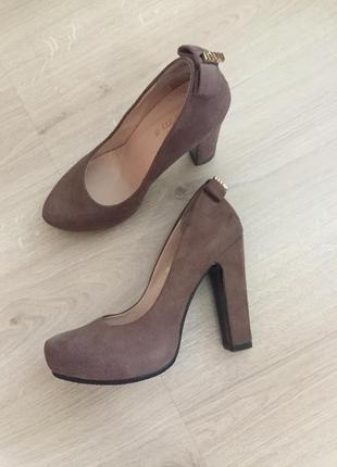 Стильные замшевые туфли на широком устойчивом каблуке  / очень...