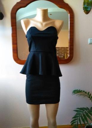 Нарядное черное платье без бретелей баска