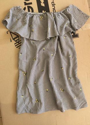 Платье с открытыми плечами и вышивкой
