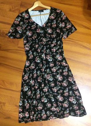 Симпатичное платье в цветочный принт
