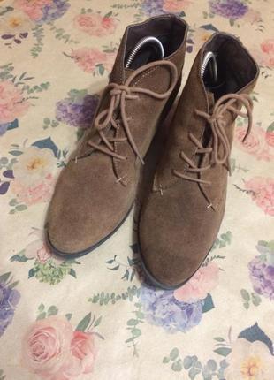Замшевые ботинки в карамельном цвете