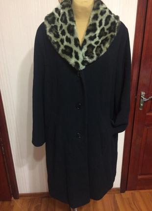Стильное пальто из шерсти с акцентным воротник