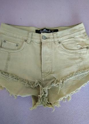 Джинсовые короткие высокие шорты с бахромой