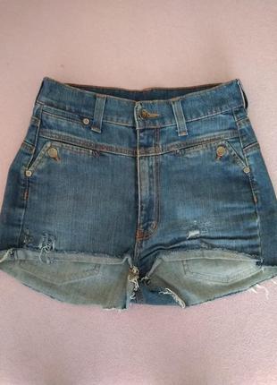 Высокие короткие джинсовые шорты