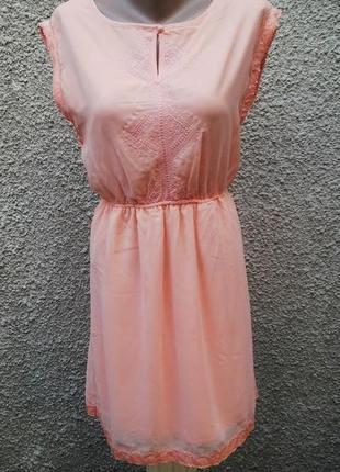 Красивое персиковое платье с вышивкой на груди и  кружевной ок...