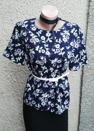 Темно-синяя блузка в цветочный принт