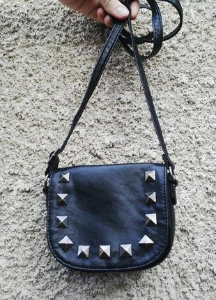 Маленькая,черная  сумочка,кроссбоди, с заклепками через плече,...