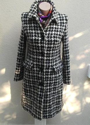 Красивое черно-белое, шерстяное пальто по фигуре,
