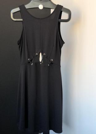 Платье декорировано шнуровкой   от h&m