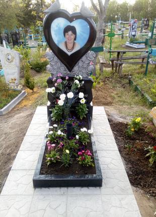 Памятник с установкой . Голуби сердце