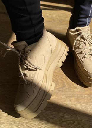 Ботинки, кроссовки тренд 2020, бежеве взуття, коричневі ботинки.