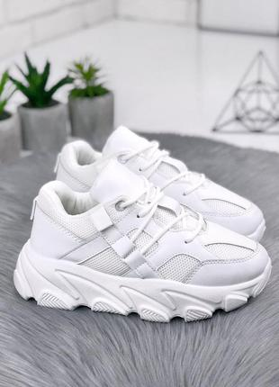 Стильные белые кроссовки с текстильными вставками на массивной...