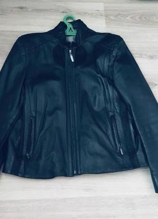 Модная коротка кожаная куртка