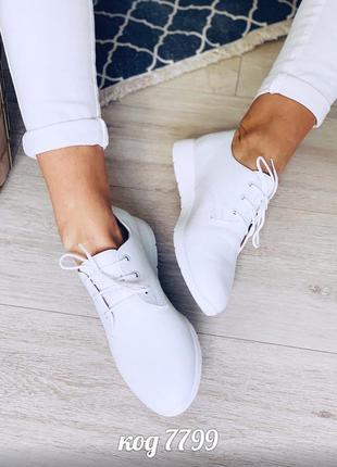 Лёгкие белые туфли из натуральной кожи на низком каблуке