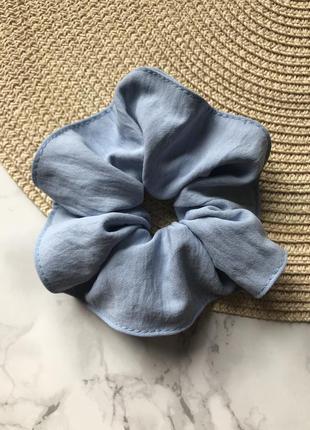 Объёмная резинка для волос в голубом цвете