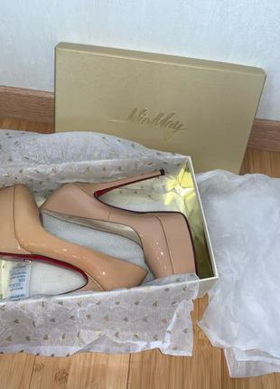 Бежевые лаковые туфли Mia May