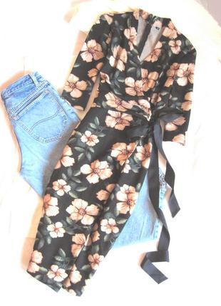 Обворожительное платье-миди на запах в цветы