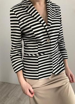Пиджак в полоску черно белый
