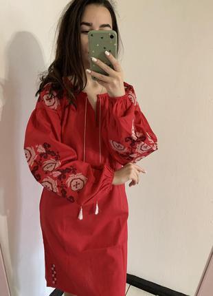 Красное вышитое лляное платье
