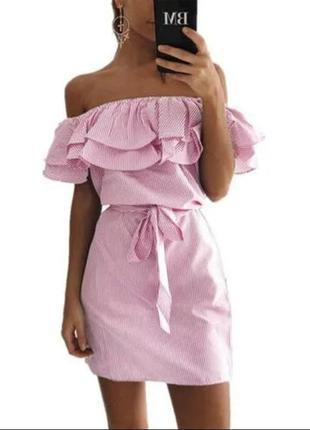 Розовое платье в полоску с открытыми плечами