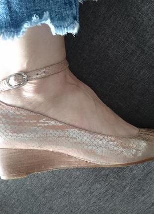 Стильные кожаные испанские туфли пудровогоцвета с золотым еапы...