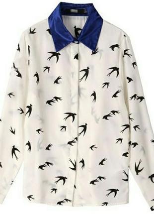 Белая рубашка asos с ласточками и синим воротником.