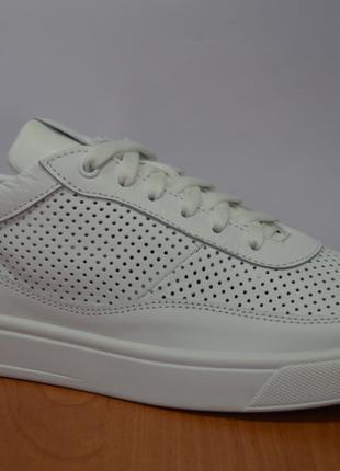 Летние белые кроссовки Nike.