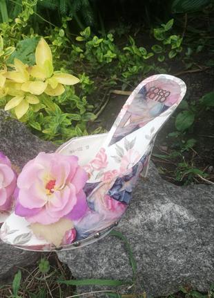 Сабо с цветком и заклепками с цветочным принтом