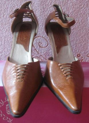 Туфли женские коричневые с острым носом и застежкой. на каблук...
