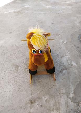 Детская лошадь качалка игрушка мягкая.