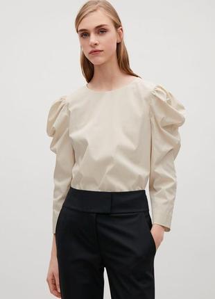 Бежевая блузка с присобранными рукавами
