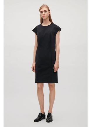 Плотное черное платье-футляр cos