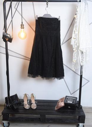Черное кружевное платье по колено