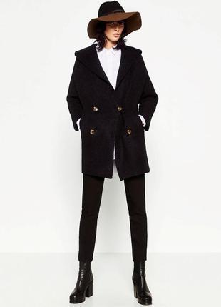 Темно-синее пальто с капюшоном