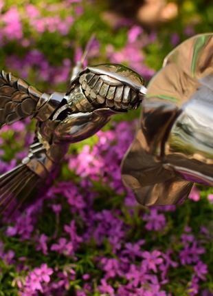 Скульптура колибри на цветке из нержавеющей стали ручной работы