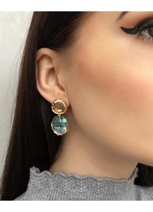 Стильные золотые серьги с голубым камнем висячие сережки